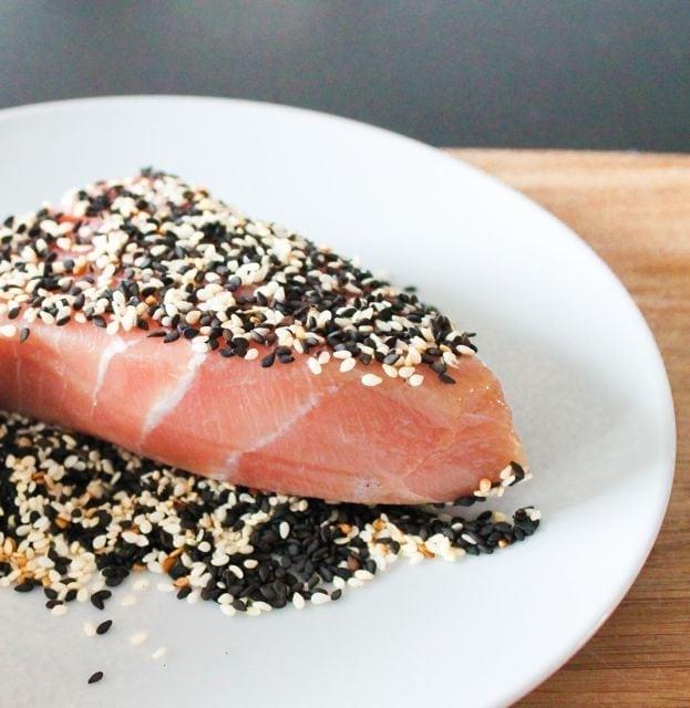 coating tuna in sesame seeds