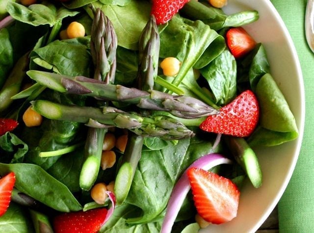 spinach salad with asparagus and strawberries