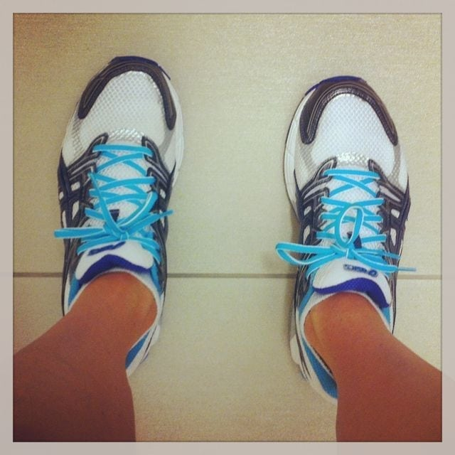 asics gt-1000 in blue and white