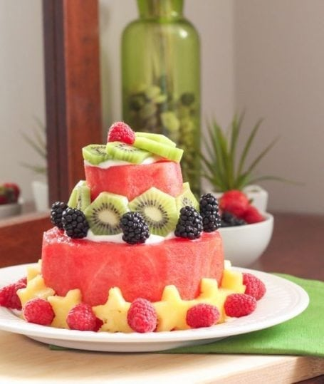 The healthiest cake you'll ever make! Here's a step-by-step tutorial for a DIY watermelon cake. Decorate with your favourite fruit and enjoy! Recipe via Eat Spin Run Repeat // @eatspinrunrpt