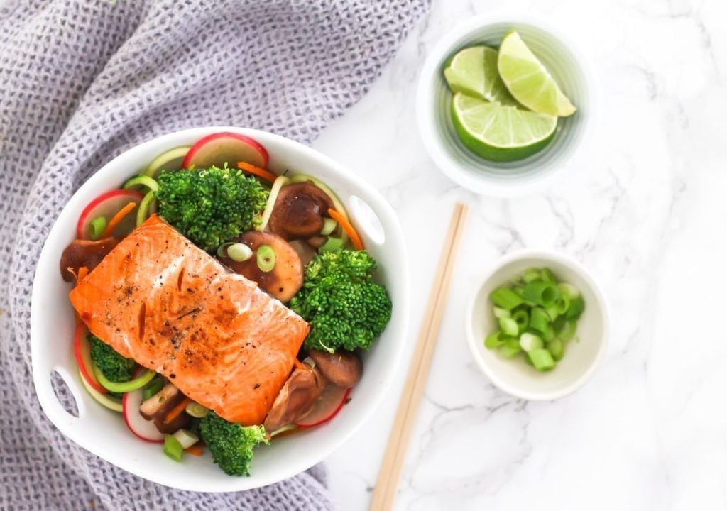 Teriyaki Salmon with Zucchini Noodle Stir Fry - An easy, paleo-friendly dinner loaded with antioxidants, protein and healthy fats - and ready in 30 minutes or less! Recipe via Eat Spin Run Repeat // @eatspinrunrpt