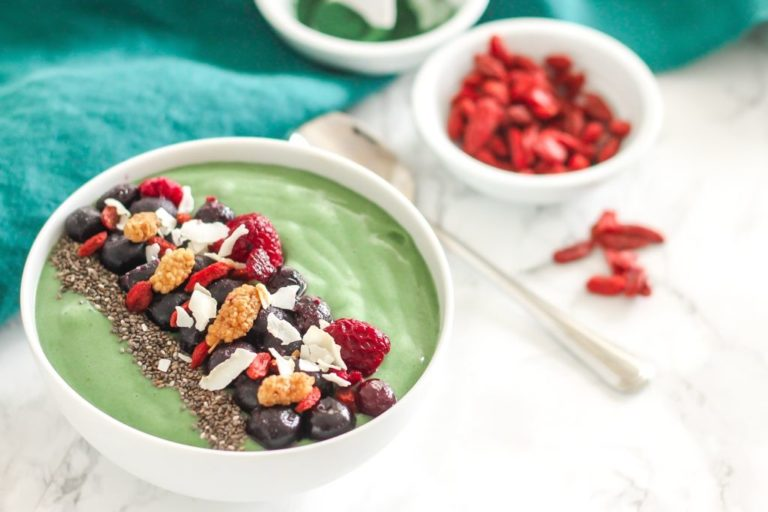 Banana Berry Spirulina Smoothie Bowl - a nutrient-rich, antioxidant-packed, high-protein vegan smoothie bowl. Full recipe via Eat Spin Run Repeat // @eatspinrunrpt
