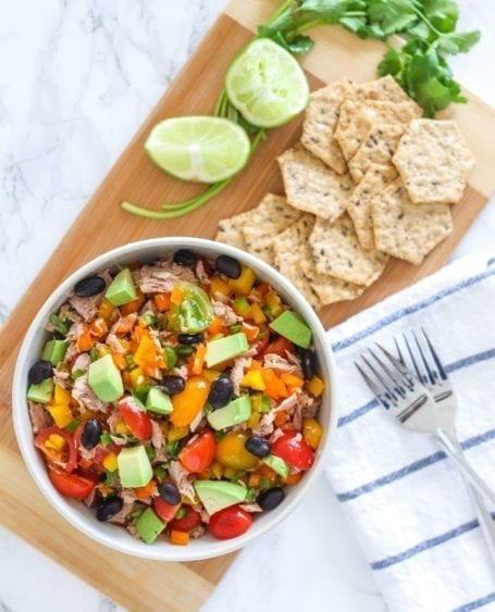 Need a super quick lunch that's healthy, delicious, high in protein and fibre? This Mexican-Inspired Tuna Salad fits the bill and is ready in 15 minutes or less - Recipe via Eat Spin Run Repeat // @eatspinrunrpt