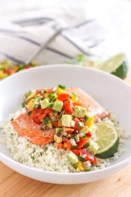 Light, fresh, satisfying and loaded with flavour, this simple Salmon with Pineapple Avocado Salsa is ready in less than 30 minutes, making it an easy healthy weeknight dinner. Paleo, gluten-free and dairy-free. Recipe via Eat Spin Run Repeat // @eatspinrunrpt