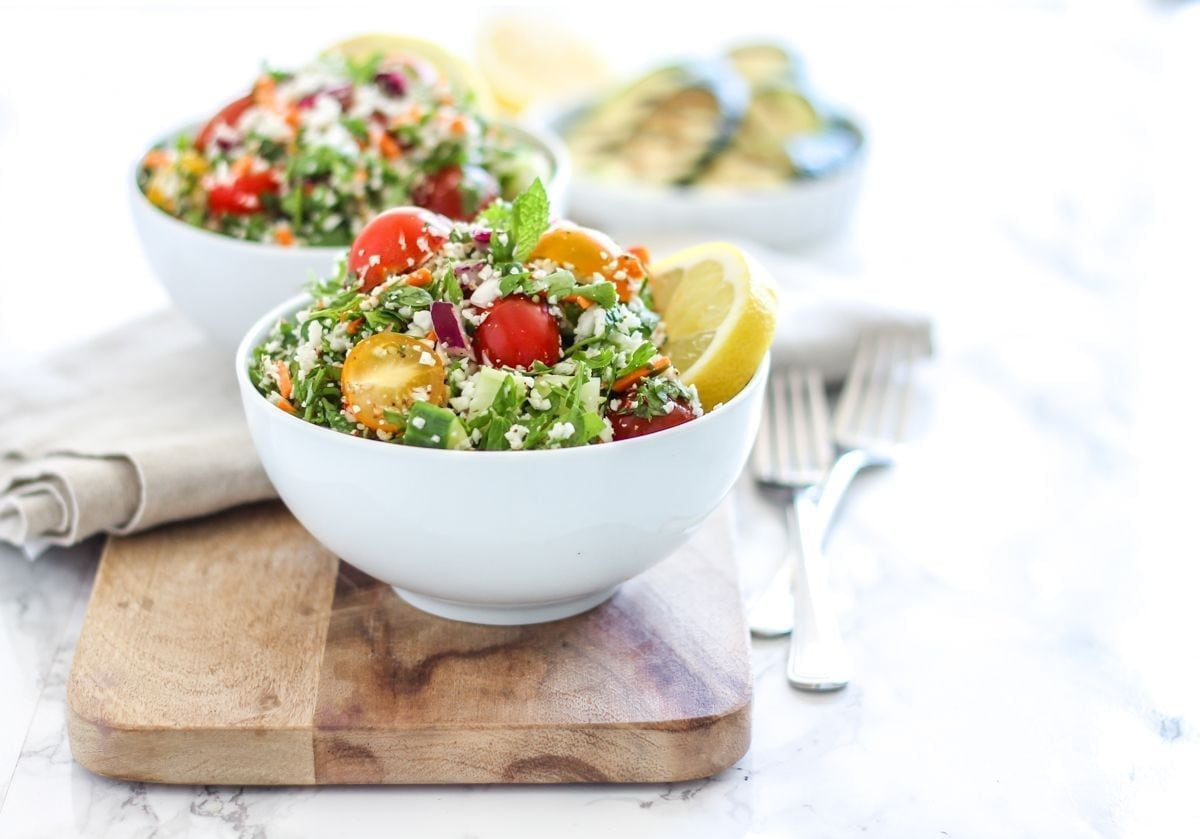 Vegan, grain-free and paleo-friendly Ultimate Cauliflower Rice Tabbouleh - Bursting with fresh produce, herbs, hemp seeds and chopped dried apricots, this is a salad that makes a perfect big-batch lunch. Recipe via Eat Spin Run Repeat // @eatspinrunrpt