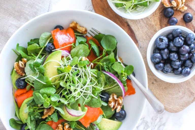 Do your entire body a delicious health-boosting flavour with this Anti-Inflammatory Blueberry Salmon Power Salad. No cooking required, paleo-friendly, and full of healthy fats - Recipe via Eat Spin Run Repeat // @eatspinrunrpt