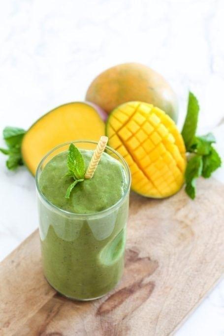 Coconut Mango Matcha Green Smoothie - vegan + gluten free, and full of antioxidants! || Eat Spin Run Repeat