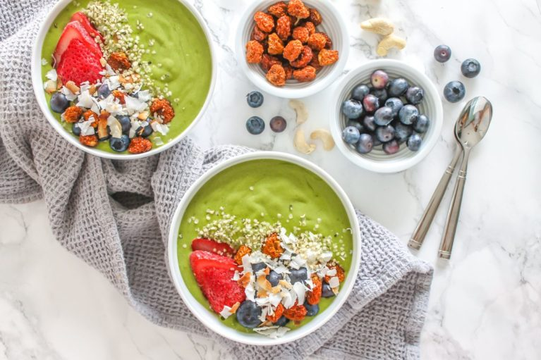 Low Sugar Vanilla Maca Green Smoothie Bowl made with cauliflower rice!    Eat Spin Run Repeat