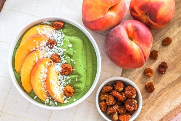Taste the best of summer with this super juicy (and nutrient-packed) Peaches and Greens Smoothie Bowl || vegan, gluten-free, dairy-free, anti-inflammatory || Eat Spin Run Repeat