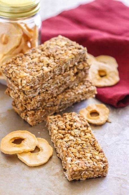 Easy No-Bake Apple Pie Oatmeal Snack Bars | vegan, gluten free || Eat Spin Run Repeat