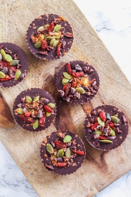 Healthy holiday hostess gift idea: Easy Dark Chocolate Superfood Cups || Eat Spin Run Repeat || #paleo #vegan