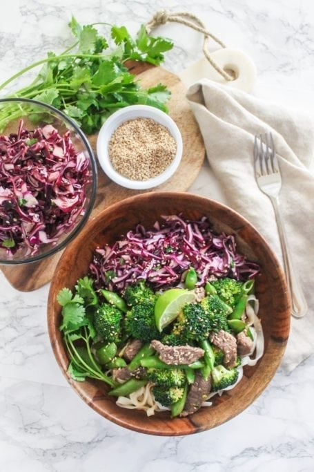 Sesame Ginger Beef and Broccoli Noodle Bowls || an easy, healthy dinner ready in less than 25 minutes, perfect for busy weeknights and lunch leftovers! || Eat Spin Run Repeat