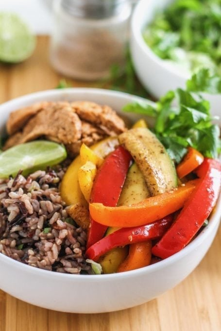 Easy Chicken Fajita Bowls | high in protein, great for big batch meal prep, and easy to customize with your favourite veggies! | #mealprep #nutrition #fajita #eatclean #chicken | Eat Spin Run Repeat