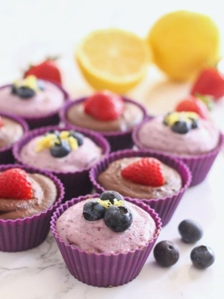 No-Bake Vegan Cheesecakes in 2 flavours: Chocolate Strawberry and Blueberry Lemon! | #valentinesday #chocolate #paleo #vegan #grainfree #aphrodisiac #maca #ad | Eat Spin Run Repeat